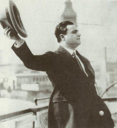 gigli-waving-hat