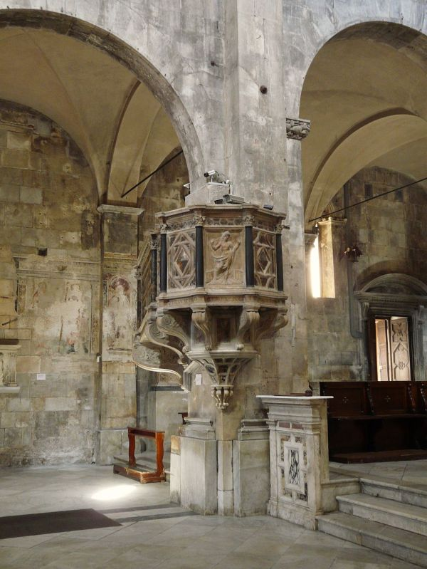 1024px-Carrara-cattedrale-pulpito